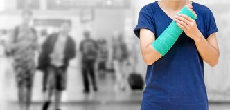 wypadek na ręce, Zdradzonej kobiecie z zieleni obsadą na ręce i ręce o, Zdjęcie Royalty Free