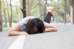 wypadek ono potyka się i spada podczas gdy jogging fotografia royalty free