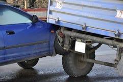 Wypadek, samochód zderzający się z ciągnikiem zdjęcia stock