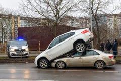 Wypadek samochodowy - BMW i Hyundai Dziwaczna sytuacja, BMW samochód jest na dachu na Hyundai samochodzie zdjęcia royalty free