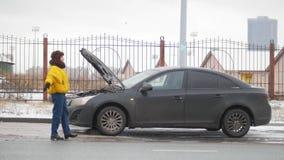 Wypadek samochodowy Młoda kobieta stoi bezczynnie łamanego samochód Łapać samochód dla pomocy fotografia royalty free