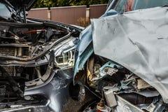 Wypadek samochodowy na drodze, części samochody po czołowego karambolu zdjęcia stock