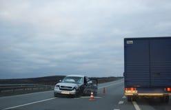 Wypadek samochodowy na drodze w wieczór Fotografia Royalty Free