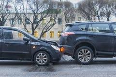 Wypadek samochodowy na miasto drodze zdjęcie stock