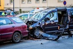 Wypadek samochodowy na skrzy?owaniu ulicy fotografia royalty free