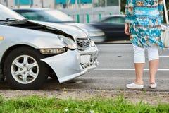 Wypadek samochodowy na ulicie uszkadzający samochody po trzaska w mieście zdjęcia royalty free