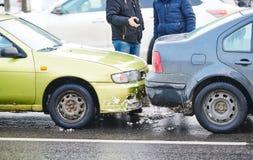 Wypadek samochodowy na ulicie uszkadzający samochody po trzaska w mieście obraz stock