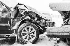 Wypadek samochodowy na zimy drodze, czarny i biały zdjęcia royalty free