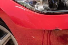 Wypadek samochodowy, narysy i wklęśnięcia w czerwonym samochodzie, zdjęcia royalty free