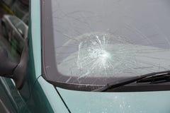 Wypadek samochodowy roztrzaskujący łamający windscreen obraz stock
