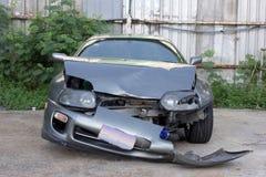 Wypadek samochodowy, uszkadzający pojazd po trzaska, biznesowy ubezpieczenie Zdjęcia Royalty Free