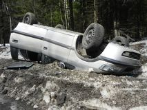 Wypadek samochodowy, wywrócony samochód Wypadek zdarzał się w zimie na śliskiej drodze obraz royalty free