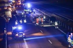 Wypadek samochodowy z przeciwawaryjnymi pracownikami zdjęcie stock