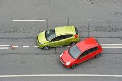 Wypadek samochodowy: zielony i czerwony samochód zdjęcia stock