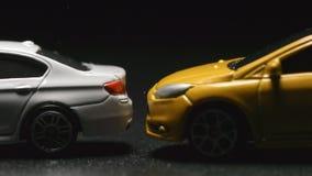 WYPADEK: Zakończenie w górę zabawka modela kraks samochodowych biel zabawki samochodu zwolnione tempo zbiory wideo