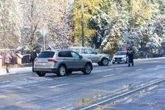 Wypadki drogowi i policja na zima ranku fotografia stock