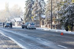 Wypadki drogowi, policja i ostrzegawczy trójbok na autostradzie, obraz stock