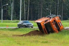wypadkowa kraksy samochodowej autostrady droga Ciężarówka ładująca z piaskiem obalał w pobocze Zdjęcie Royalty Free
