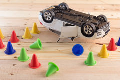 Wypadkowy samochodu model na drewnianym tle Zdjęcie Royalty Free