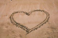 wypatroszone serce piasku Plażowy tło z kierowym rysunkiem Kierowy kształt miłości symbol jako tło Obrazy Royalty Free