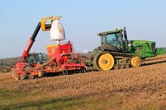 Wypełniać nasieniodajnego świder z nową kukurudzą. Zdjęcia Stock