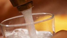Wypełniać szkło z wodą przy faucet zbiory