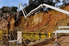 Wypełniać w betonowej strukturze budynek ściany betonową pompą Zdjęcie Royalty Free