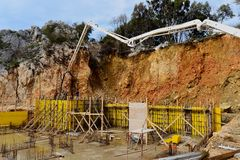 Wypełniać w betonowej strukturze budynek ściany betonową pompą Fotografia Stock