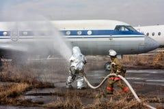 Wypełnia samolot z pożarnictwo pianą po awaryjnego lądowania fotografia royalty free