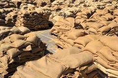 Wypełniający worek z piaskiem jako ochrona przeciw powodziom zdjęcie royalty free