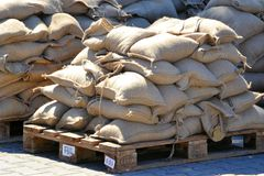Wypełniający worek z piaskiem jako ochrona przeciw powodziom obraz royalty free