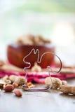 Wypełniający z arachidami drewniany puchar Fotografia Royalty Free