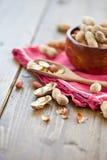 Wypełniający z arachidami drewniany puchar Zdjęcia Royalty Free