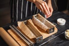 Wypełnia ciasto w stalowych lejniach Zdjęcia Stock