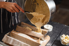 Wypełnia ciasto w stalowych lejniach Obraz Royalty Free