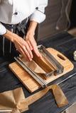 Wypełnia ciasto w stalowych lejniach Obrazy Royalty Free