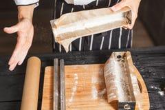 Wypełnia ciasto w stalowych lejniach Zdjęcia Royalty Free
