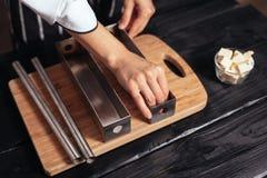 Wypełnia ciasto w stalowych lejniach Fotografia Royalty Free