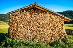 Wypiętrza pod dachem lub sterta naturalne pożarnicze drewno bele Fotografia Stock