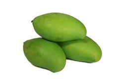 Wypiętrzający Up Trzy Wibrującego Zielonego koloru Młodego mango Odizolowywającego na bielu Obrazy Stock