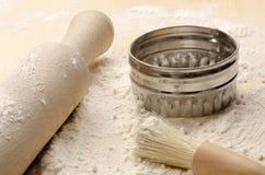 Wypiekowa deska z toczną szpilką, ciastko krajaczem i muśnięciem, Fotografia Stock