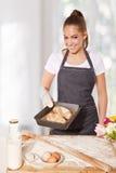 Wypiekowa kobieta pokazuje tacę świeża chlebowa rolka (robić żyto mąka) Zdjęcia Royalty Free
