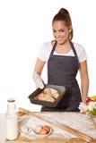 Wypiekowa kobieta pokazuje tacę świeża chlebowa rolka (robić żyto mąka) Fotografia Stock