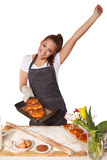 Wypiekowa kobieta szczęśliwie pokazuje tacę ciastko z nastroszoną ręką Obrazy Stock