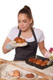 Wypiekowa kobieta wącha świeżego croissant Obraz Stock
