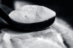 Wypiekowa soda lub Sodium wodorowy węglan w drewnianej miarce zdjęcia royalty free