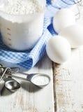 Wypiekowa soda, mąka i jajka na drewnianym stole, obrazy royalty free