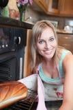 wypiekowego blondynów chleba rozochocona kobieta Zdjęcia Stock