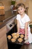 wypiekowej dziewczyny mali muffins Obrazy Royalty Free