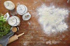Wypiekowej sceny sceny atmosferyczna kuchenna mąka na drewnianym stole Fotografia Stock